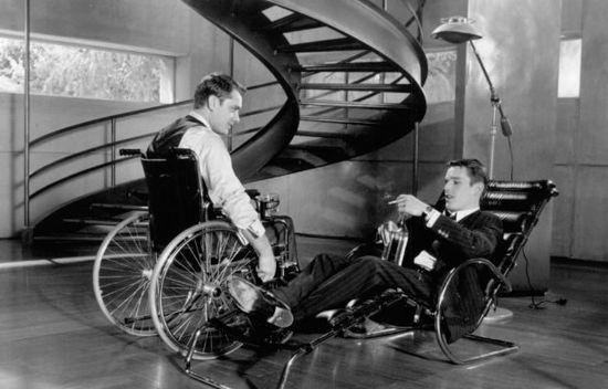 Una escena del film entre Jude Law, en silla de ruedas, y Ethan Kawke. Columbia Pictures.