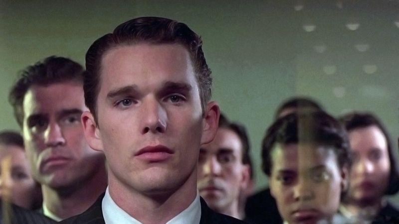 Ethan Hawke sigue en su empeño de ser astronauta presentándose junto con otros candidatos en el centro espacial. Columbia Pictures.