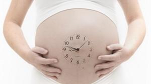 maternidad-retrasada-reloj-embarazo-mama