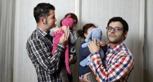 José Hernando y Javier Herraiz de la asociación Son Nuestros Hijos con sus hijas nacidas por subrogación. / Samuel Sánchez