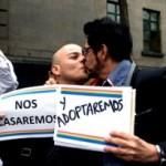 Primera pareja de hombres logra adoptar un bebé en México