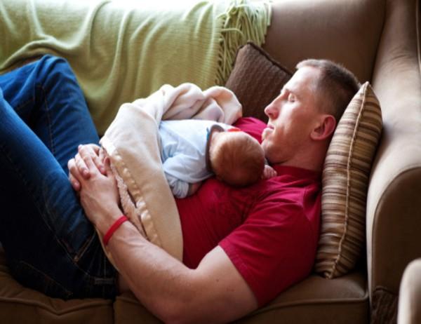 Dormir con un bebé en el sofá aumenta su riesgo de muerte súbita